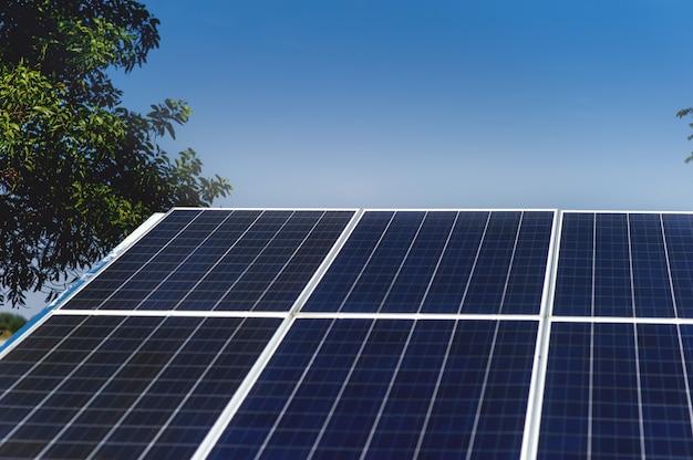 Солнечные элементы преобразуют солнечную энергию от солнца в энергию. концепция солнечных батарей с копией пространства