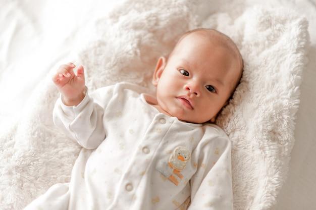 白い光の寝室でかわいい男の子生まれたばかりの赤ちゃんはかわいいです。生まれた子供たちのための寝具 - 画像