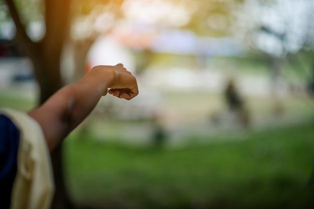 Изображение руки показывает порядок. концепция индикации