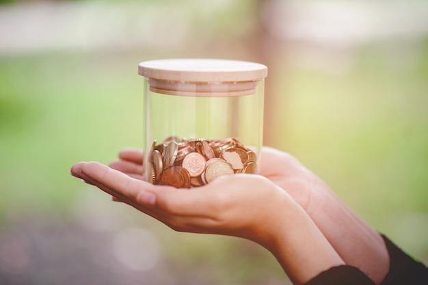 ビジネスのためのクローズアップの若い女性の手と貯蓄