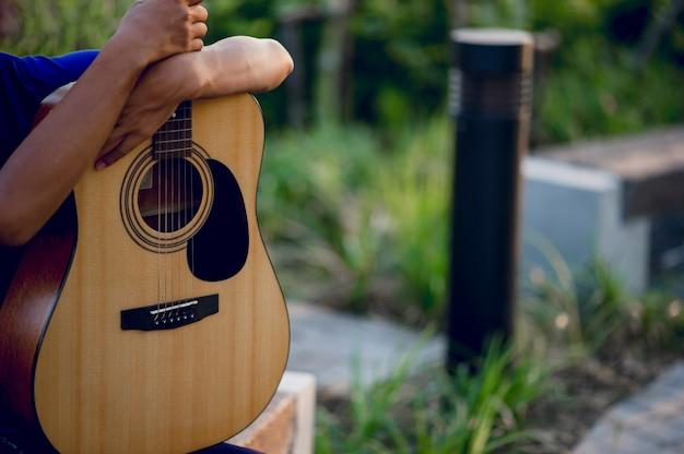 ギター、楽器を演奏するギタリストの手とギター