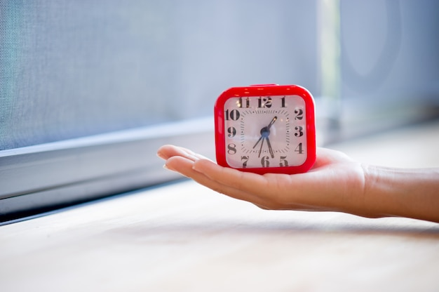 Ручной и красный будильник, который показывает будильник вообще каждое утро