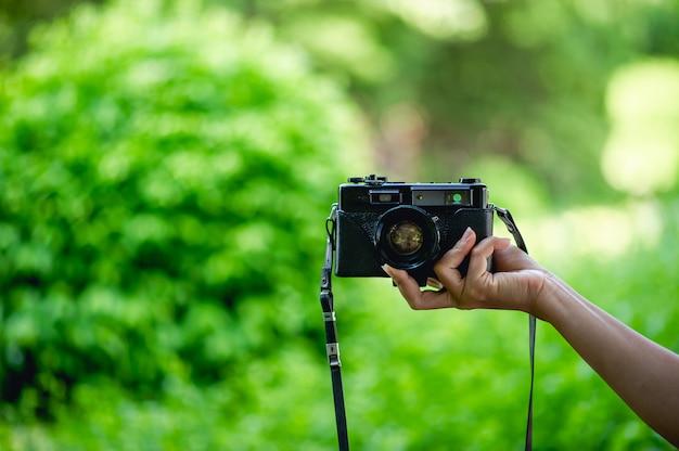 プロのカメラマンの手とカメラ