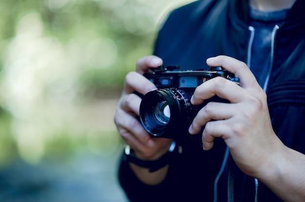 写真家の手とカメラ