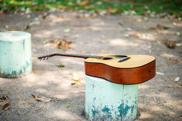 屋外のアコースティックギター
