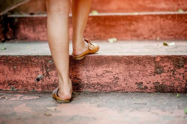 階段を上って歩いて