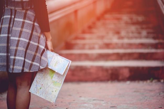 Рука и карта туриста