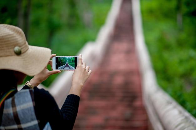 Турист делает фото