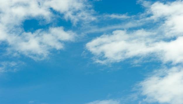 明るい青い日の空と青い雲空と美しい雲
