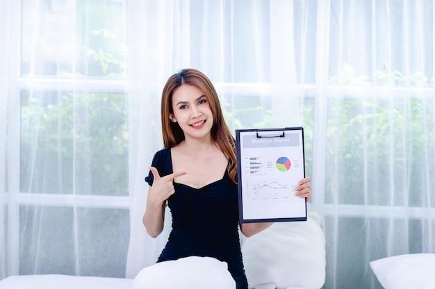 Женщины и граф молодые бизнес-леди представляют бизнес-планы