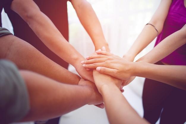 Командная работа руками объединяйтесь с силой это хорошая команда успешных людей концепция командной работы