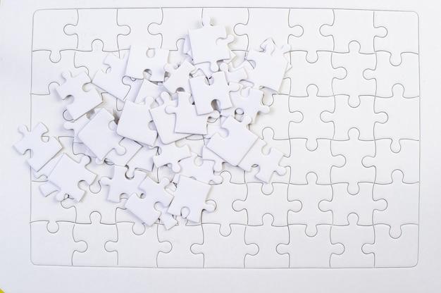 Белые кусочки головоломки