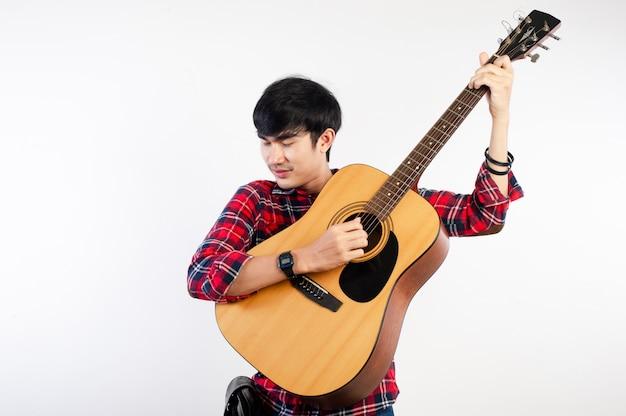 音楽を愛し、幸せなギタリスト。あなたのビジネスの写真