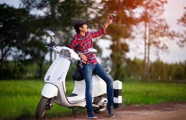 あなたのビジネスのための男と白のバイクの写真