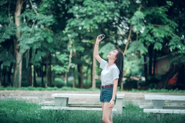 女の子は観光カメラを撮る