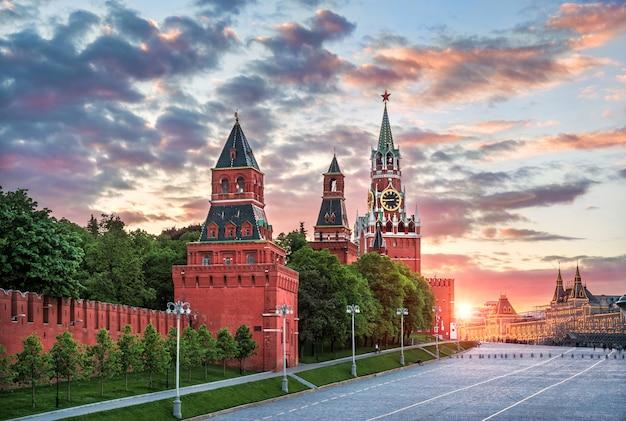 道のりで植生と夏の夜の夕方の空のモスクワクレムリンの他の塔