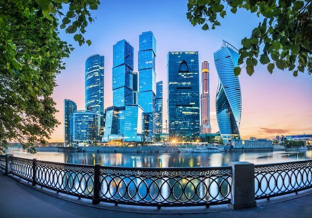 緑の木々のフレームにモスクワ市の高層ビル
