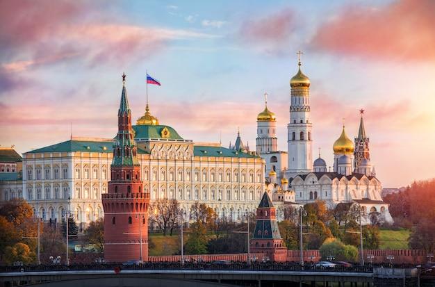 朝の太陽の下でモスクワのクレムリンの塔と教会