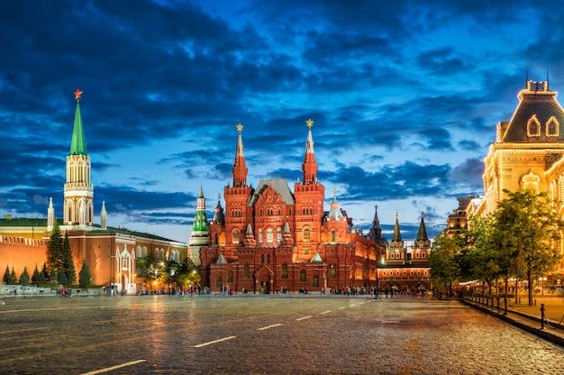 Никольская башня московского кремля, исторический музей под вечерними облаками