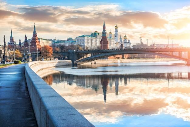 Раннее солнечное утро в московском кремле