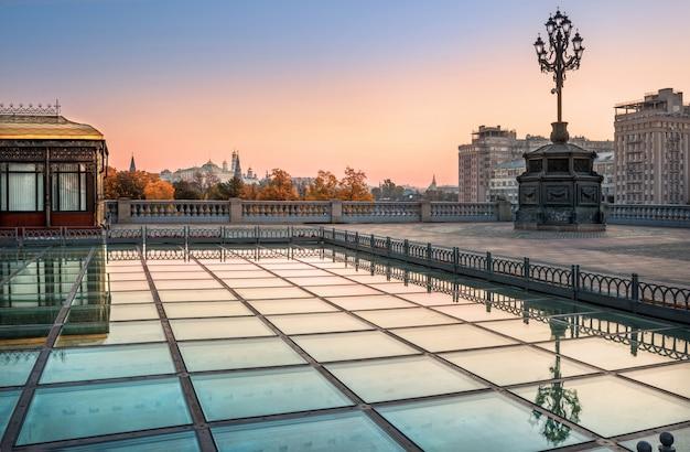 Стеклянное покрытие площади возле храма христа спасителя в москве с видом на московский кремль