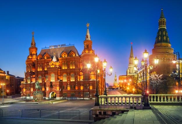 Синяя ночь на манежной площади у исторического музея в москве