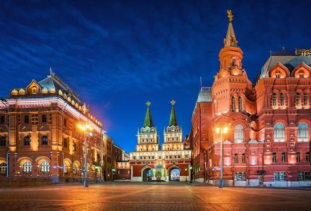 Ночной вид на воскресенские ворота в москве