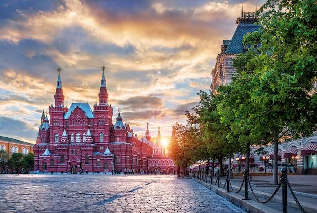 Исторический музей на красной площади в москве и заходящее солнце