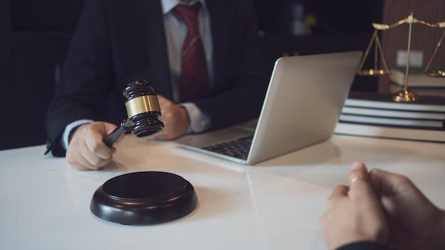 Клиент и адвокат встречаются лицом к лицу, чтобы обсудить доступные варианты права