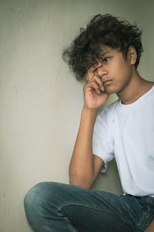 Испуганный и одинокий молодой азиатский ребенок, который подвергается высокому риску запугивания, торговли людьми и жестокого обращения, избирательный подход