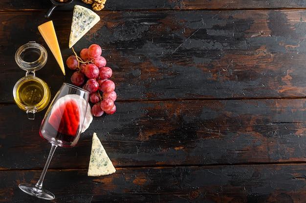 赤ワインとさまざまな種類のチーズのブドウ