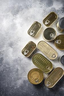 さまざまな缶詰食品のフラットレイアウト