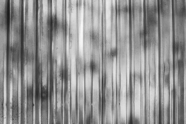 灰色の金属板でできた壁。亜鉛のような構造を分割するためのフェンスとして使用されます。