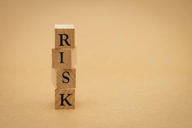 背景としてビジネス概念およびリスク概念として使用している木製の単語リスク