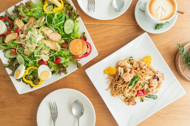 サラダとスパゲッティが用意しているテーブルの上から見た図。