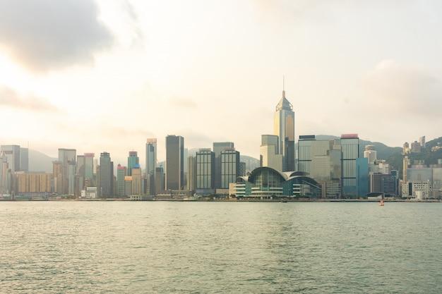香港のビクトリア港でパノラマのランドマーク高層ビル建物