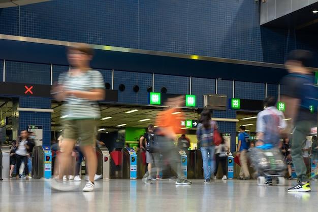 歩行者通勤群衆忙しい駅駅人々は地下鉄の駅のチケットで旅行