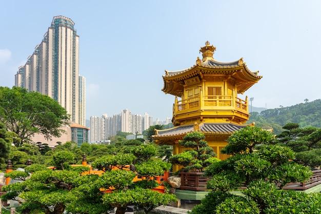Золотой павильон и золотой мост в саду нань лянь возле женского монастыря чи лин.