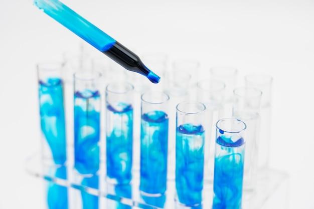実験室では、科学者たちは着色液体を滴下することによって化合物を合成し分析した