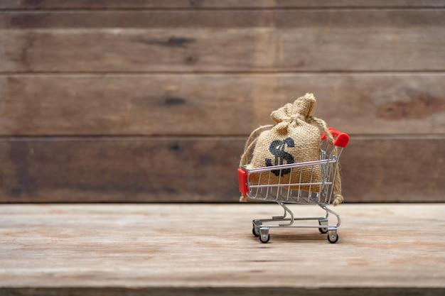 ショッピングカートにコイン(タイのお金)を集めるお金の概念を保存