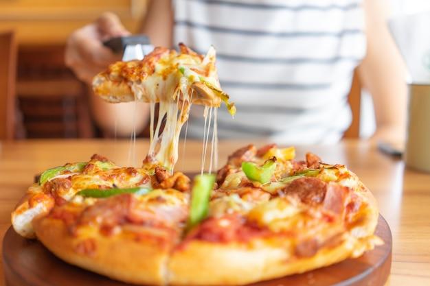 ピザのトッピングのホットピザディップトレイはハム、豚肉、パプリカと野菜、ピザ、