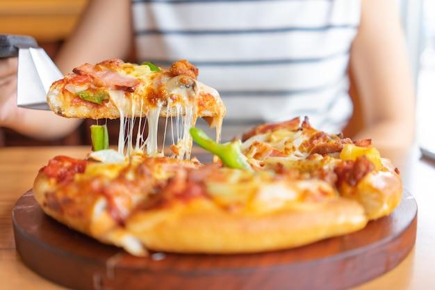 ピザのトッピングのホットピザディップトレイには、ハム、豚肉、パプリカと野菜、ピザ、