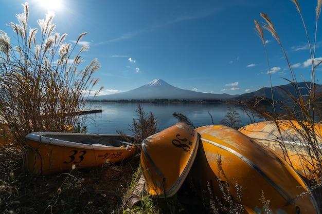 Пейзаж зрения горы фудзи и озера кавагутико. утром турист