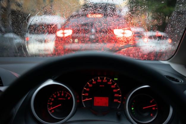 照らされた現代の車のダッシュボード現代自動車制御と背景をぼかした写真