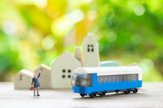 おもちゃの車のモデルと旅行プランナーのミニチュア
