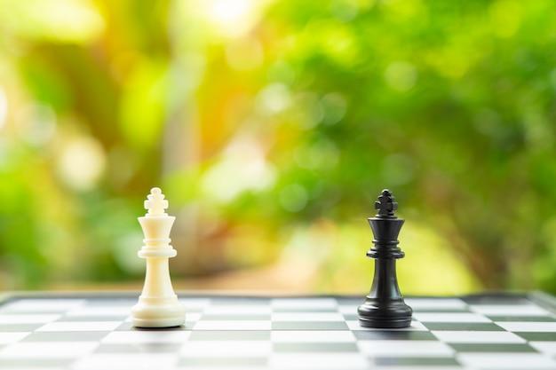背面にチェスの駒が置かれたチェス盤。ビジネスで交渉中。
