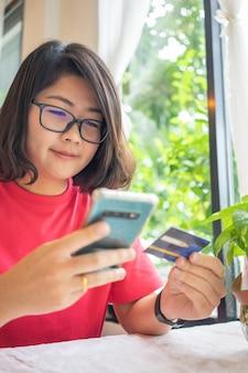 スマートフォンと買い物袋の配達サービスによるオンラインショッピング