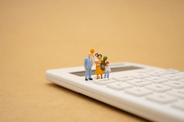 Семья миниатюрные люди оплачивают очередь годовой доход (налог) за год