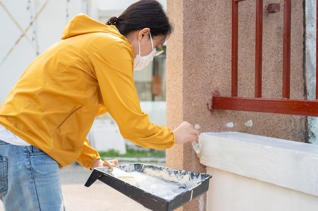 画家の作業ペイントプロットとローラーを使用して壁をペイントします。仕事、労働、絵画の概念
