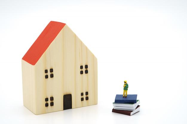 Маленькие дети миниатюрные люди, стоящие на книгах, используя в качестве фона концепция образования, обратно в школу